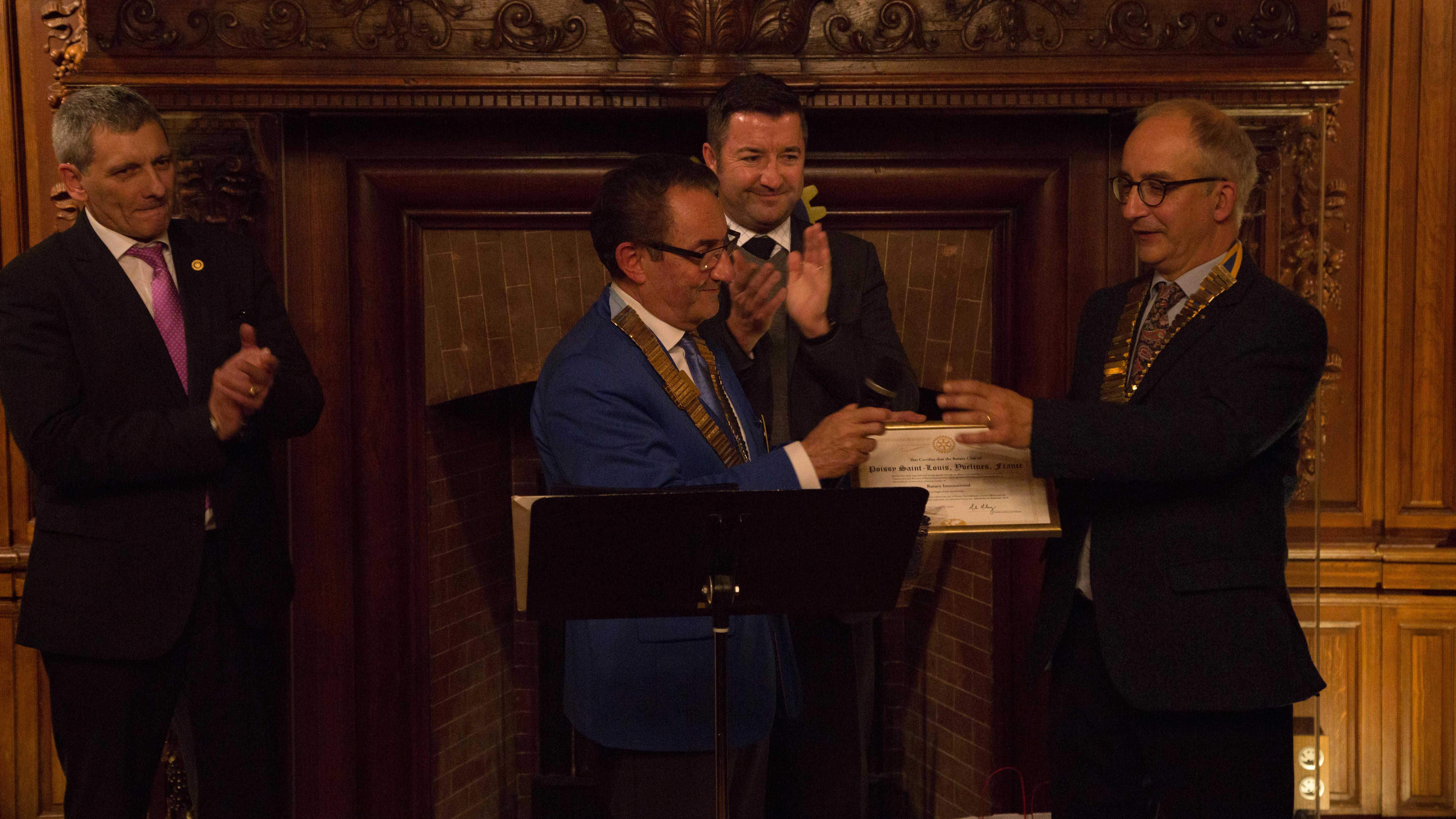 Photo de La remise de charte au président Rémond par le gouverneur Lescoat